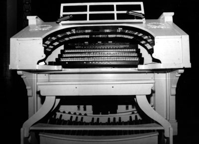 Click here to download a 2847 x 2059 JPG image showing the keydesk of the Mighty Kimball/WurliTzer Theatre Pipe Organ installed at the Paramount Center in Bristol, Tennessee.