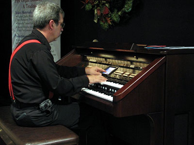 Click here to download a 640 x 480 JPG image showing Tom Hoehn warming up on the Roland Atelier Digital Organ.
