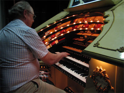 Click here to download a 2592 x 1944 JPG image showing Per Schultz at the console of the Don Baker 3/18 Mighty WurliTzer Theatre Pipe Organ.