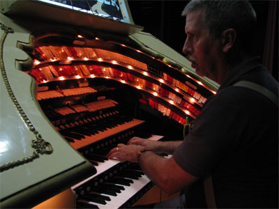 Click here to download a 2592 x 1944 JPG image showing Tom Hoehn warming up at the Don Baker WurliTzer.