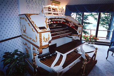 Click here to download a 600 x 402 JPG image showing the console of the 3/17 Mighty WurliTzer at the residence of Dorothy Steiner in Baltic, Ohio.