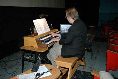 Click here to download a 1504 x 1000 JPG image showing Frank Rippl at the console of Tom McNeely's virtual organ.