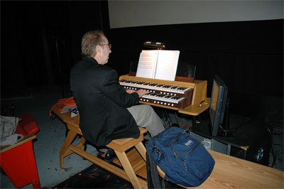 Click here to download a 1504 x 1000 JPG image showing Frank Ripple at the console of Tom McNeely's virtual organ.
