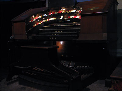 Click here to download a 2592 x 1944 JPG image showing the console of the Granada Theatre's 4/24 Mighty Robert Morton/WurliTzer Theatre Pipe Organ.