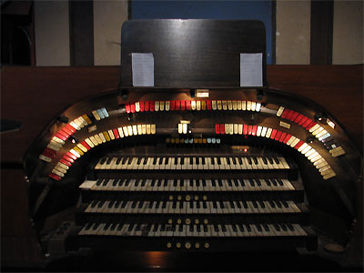 Click here to download a 2592 x 1944 JPG image showing the keydesk of the 4/24 Mighty WurliTzer Theatre Pipe Organ installed at the Granada Theatre in Bakersfield, California.