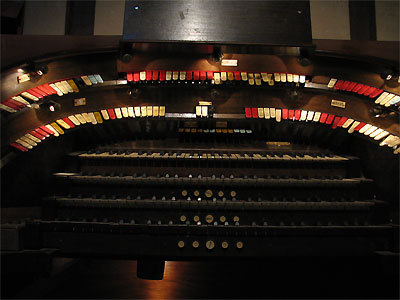 Click here to download a 2592 x 1944 JPG image showing the playing table of the 4/24 Mighty WurliTzer Theatre Pipe Organ installed at the Granada Theatre in Bakersfield, California.