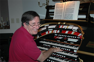 Click here to download a 640 x 429 JPG image showing Les Hickory seated at the console having fun.