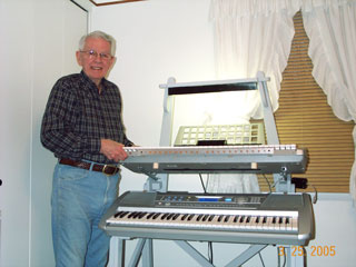 Click here to download a 1280 x 960 JPG image of Larry installing the upper keyboard in his Mighty MidiTzer.