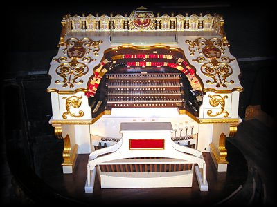 Click here to download a 2048 x 1536 JPG image showing the console of the Bob Balfour Memorial 4/23 Wonder Morton installed at Loew's Jersey Theatre, Jersey City, New Jersey.