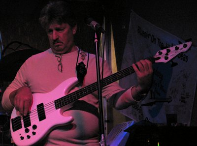 Click here to download a 1849 x 1375 JPG image showing Randy Rodgers playing Bass Guitar.