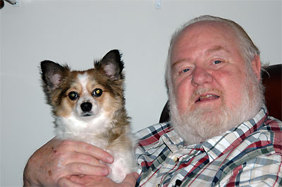 Click here to download a 2240 x 1488 JPG image showing Mike with his long-haired Chihuaha named Bearto.