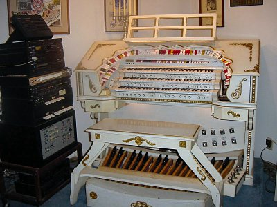 Click here to download a 1600 x 1200 JPG image showing the theatre organ that Jack built.