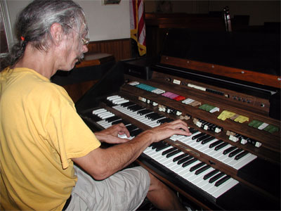 Click here to download a 2048 x 1536 JPG image showing the Bone Doctor at the console of the Hammond Concorde electronic organ.