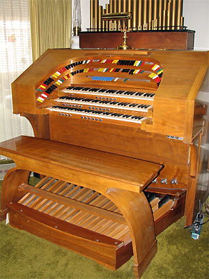 Click here to download a 1944 x 2592 JPG image showing the console of the Theatre Organ Bob Leonard built.