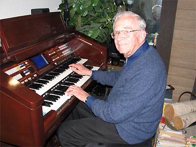Click here to download a 2576 x 1932 JPG image showing Bob Leonard at the console of the Technics Digital Organ.