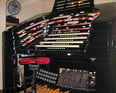 Click here to download a 2123 x 1702 JPG image showing the stage left console of the 4/58 Mighty WurliTzer installed at Radio City Music Hall in New York City, New York.