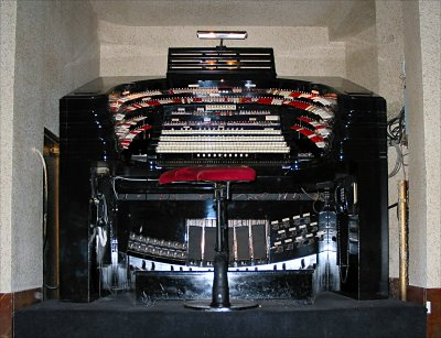Click here to download a 2047 x 1521 JPG image showing the stage right console of the 4/58 Mighty WurliTzer.