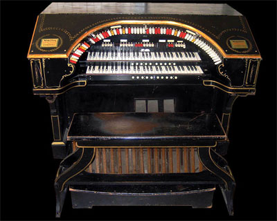 Click here to download a 1280 x 1024 JPG image showing the console of the Rialto Theatre's Style 216 2/10 Mighty WurliTzer</A> Theatre Pipe Organ.