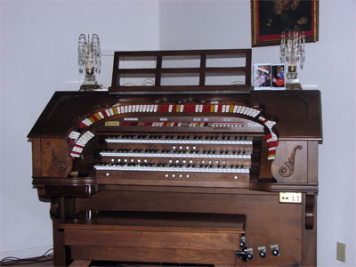 Click here to download a 2272 x 1704 JPG image showing the playing table of the Mighty Rodgers 340 Custom Theatre Organ.