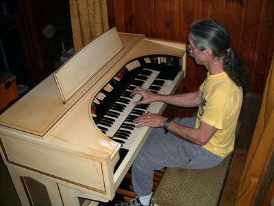 Download a 1600 x 1200 JPG image of the Bone Doctor at the console of the vintage 1964 Conn 640 Theatre Organ.