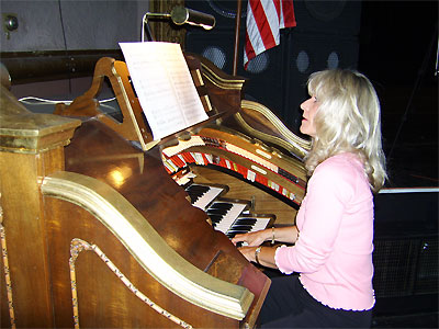 Click here to download a 3648 x 2736 JPG image showing Sue Ward at the console of the Mighty WurliTzer.