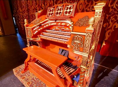 Click here to download a 785 x 578 JPG image of the Tennessee Theatre 3/17 WurliTzer Theatre Pipe Organ, installed at the Tennessee Theatre in Knoxville, Tennessee.