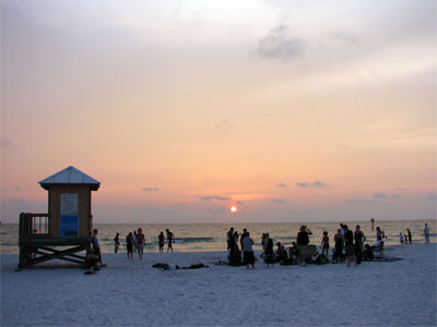 Click here to download a 2592 x 1944 JPG image showing the beach at sundown in Clearwater, Florida.