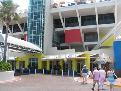 Consignment Shopspetersburg on Our Intrepid Tourists Arriving At The Pier  Saint Petersburg  Florida