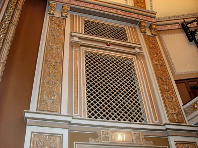Click here to download a 2816 x 2112 JPG image showing the Main chamber grillwork.