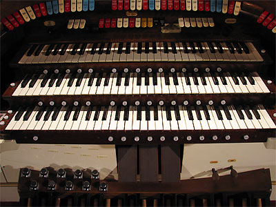 Click here to download a 2592 x 1944 JPG image showing the swell shoes and other controls of the 3/11 Mighty Kilgen Theatre Pipe Organ.