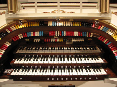 Click here to download a 2592 x 1944 JPG image showing the keydesk of the 3/11 Mighty Kilgen Theatre Pipe Organ.
