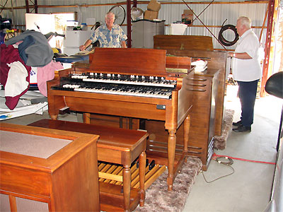 Click here to download a 2592 x 1944 JPG image showing the vintage Hammond B3 and matching D-series tone cabinet.