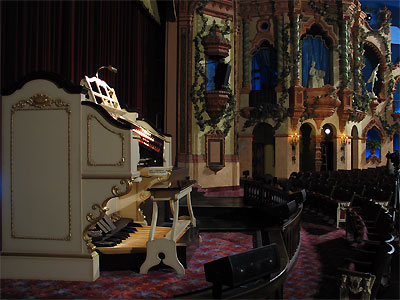 Click here to download a 2592 x 1944 JPG image showing the console of the 3/19 Mighty WurliTzer Theatre Pipe Organ on stage at the Civic Theatre.