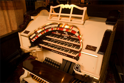 Click here to download a 3072 x 2056 JPG image showing the console of the 3/17 Mighty WurliTzer.