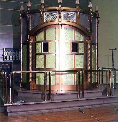 Click here to download a 450 x 465 JPG image showing the organ kiosk with the doors closed.