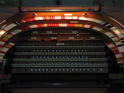 Click here to download a 2592 x 1944 JPG image showing the keydesk of the J. Tyson Forker Memorial 4/32 Mighty WurliTzer.