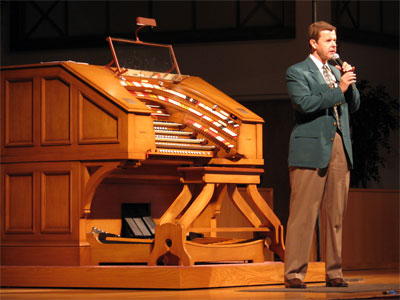 Click here to download a 2592 x 1944 JPG image showing Lew Williams speaking with the audience at Grace Baptist Church.