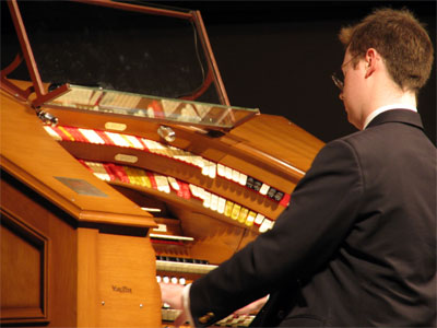 Click here to download a 2592 x 1944 JPG image showing Richard Hills at the console of the J. Tyson Forker Memorial 4/32 Mighty WurliTzer.