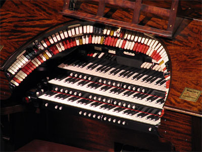 Click here to download a 2592 x 1944 JPG image showing the keydesk of the 3/14 Mighty WurliTzer.