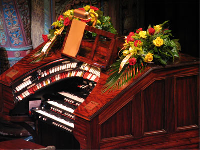 Click here to download a 2592 x 1944 JPG image showing the 3/14 Mighty WurliTzer console decorated for Rosa.