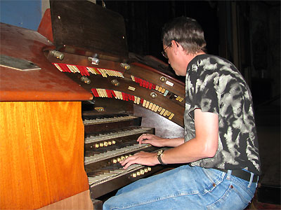 Click here to download a 2592 x 1944 JPG image showing Dean Cook at console of the Granada Theatre's 4/24 Mighty Robert Morton/WurliTzer Theatre Pipe Organ.