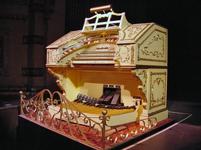 Click here to download a 1600 x 1200 JPG image showing the Paramount Theatre's 3/12 Mighty WurliTzer Balaban 1A console.