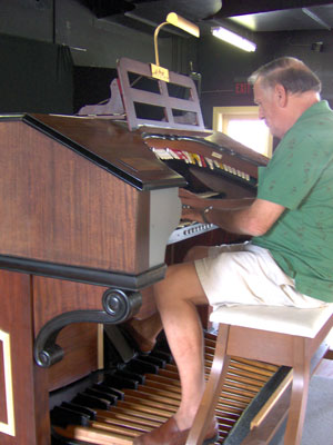 Click here to download a 1536 x 2048 JPG picture showing Dan Rowland at the console of the Pinellas Park Auditorium's 2/9 Mighty WurliTzer Theatre Pipe Organ.