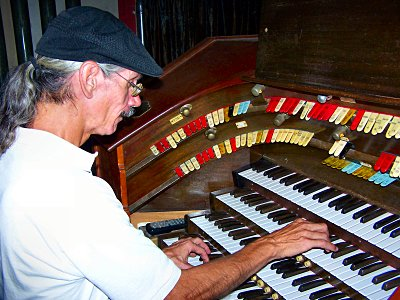 Click here to download a 2576 x 1932 JPG image showing the Bone Doctor in rehearsal at the 4/24 Mighty WurliTzer/Robert Morton Theatre Pipe Organ.