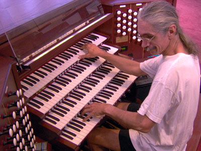 Click here to download a 2048 x 1536 JPG image showing the Bone Doctor at the console of the 4/93 Rodgers/Ruffatti/Wicks Church Pipe Organ installed at First United Methodist Church in Clearwater, Florida.