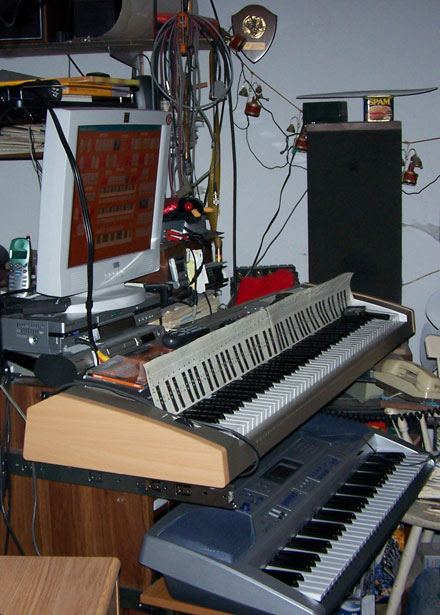 Download a 1257 x 1757 JPG image of Fred's MidiTzer, looking at the upper Keyboard.
