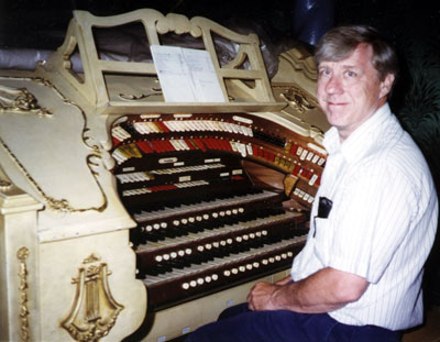 Click here to download a 2953 x 2293 JPG image showing Gerhard Klechowitz at the Avalon Theatre's Mighty WurliTzer Theatre Pipe Organ in Milwaukee, Wisconsin.