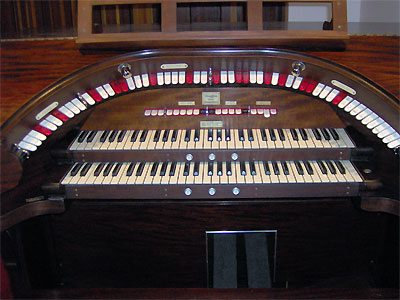 Click here to download a 2048 x 1536 JPG image showing the console of the 2/9 Mighty WurliTzer Theatre Pipe Organ installed at Dave Geiger's residence in Columbus, Ohio.