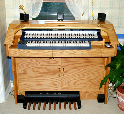 Click here to download a 1038 x 954 JPG picture of Dan's Mighty MidiTzer console with the doors closed.