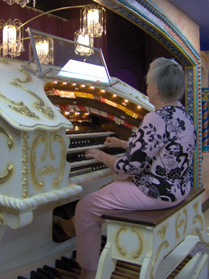 Click here to visit Pipe Organ Paradise, our Featured Organ of the Month for September, 2005.